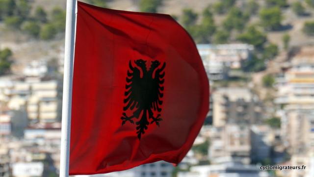 Il a fière allure, le drapeau albanais