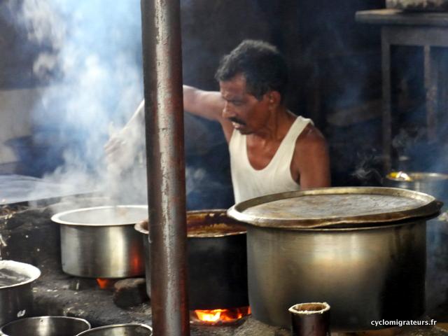 Cuisinier dans une gargotte