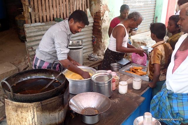 Cuisine de rue Oignons et bananes en beignets