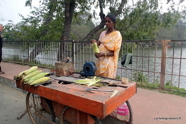 Vendeuse de maïs grillé