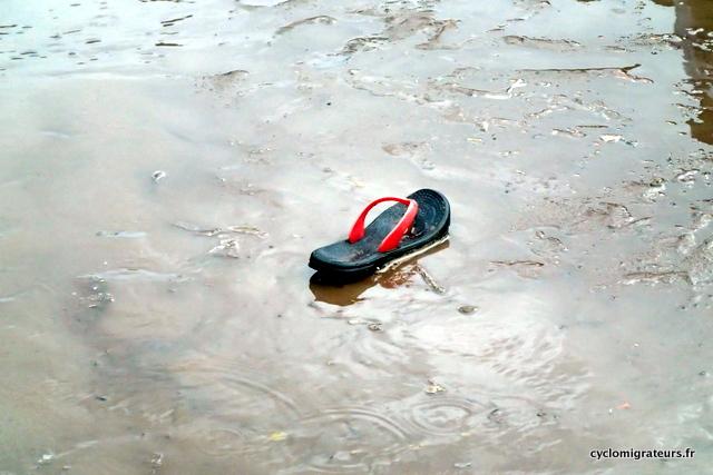 Chaussure esseulée après orage