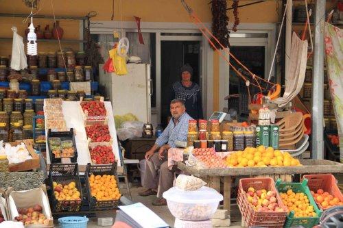 Vendeurs de fruits et légumes en bord de route