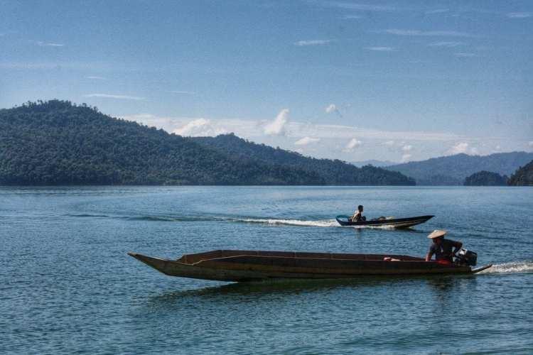 lunghe barche nella riserva della diga di Bakun