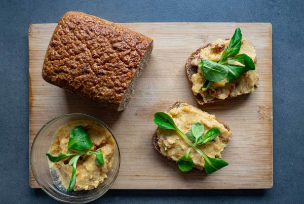 Chickpea spread with dried tomatoes