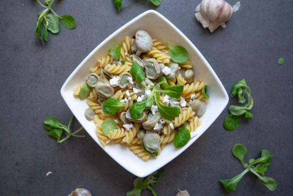 Pasta with broad beans and feta cheese