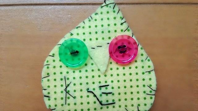 緑色の三角をした、ドッと柄の物体。目と鼻がある。