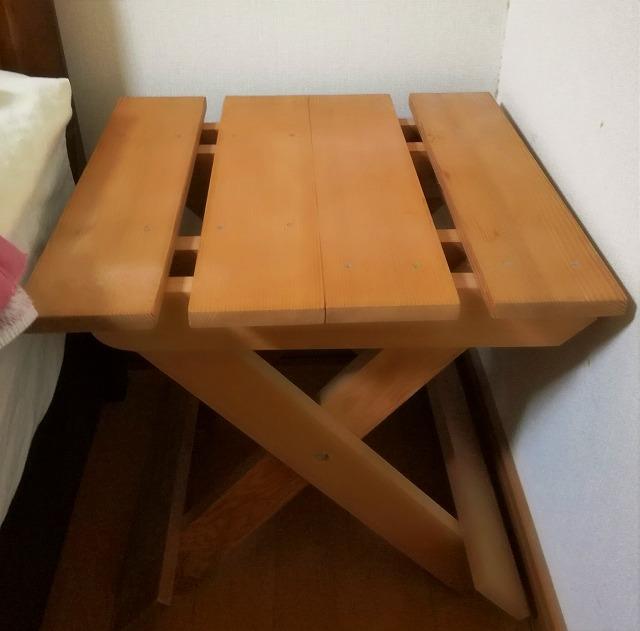 大工さんが作ってくれた小さい木のテーブル