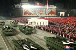 Η Βόρεια Κορέα επιδεικνύει νέους πυραύλους που υποβλήθηκαν σε υποβρύχιο μετά από συνέδριο σπάνιων πάρτι