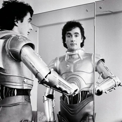 anthony-daniels-c3po-lookin-in-a-mirror