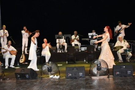 Candan Erçetin and Kardeş Türküler concert (10)