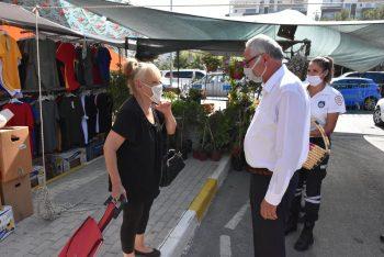 Nidai Güngördü, celebrated with market traders (2)
