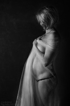 Photo de grossesse en studio-Noir et blanc-Grossesse-photographe de grossesse-Metz-Nancy-Pont a mousson-photo de grosssesse nue