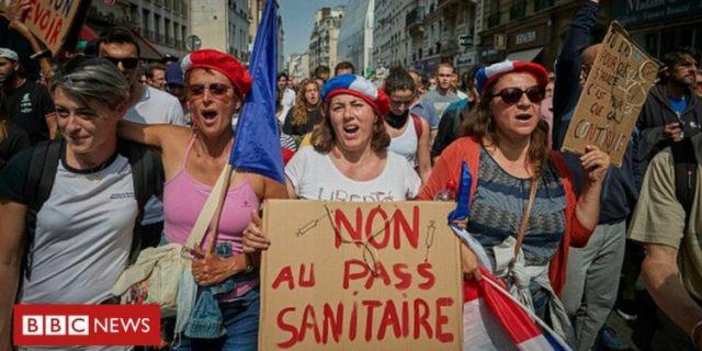 ZPUSTOŠILI VAKCINAČNÍ CENTRA! Proti povinnému očkování zdravotníků se vzbouřilo 100 000 Francouzů!