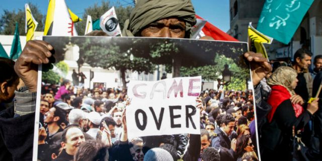 Covidový převrat v Tunisku! Prezident odvolal očkování chtivého premiéra, parlament obklíčen vojenskými vozidlami zastavil činnnost. Lidé slaví krok armády za zpěvu státní hymny. Návod pro další země aby armáda chránila svůj lid proti zaprodané vládě!
