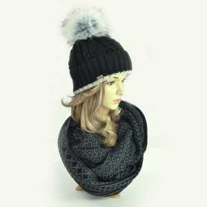 czapka-zimowa-czarna-z-pomponem