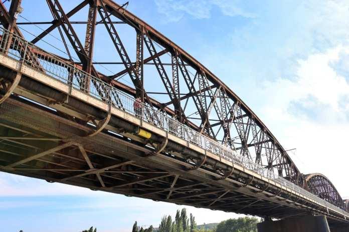 VIDEO: Tři cliffdiveři skočili naráz ze tří pražských mostů