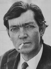Zdjęcie Julio Cortázara z niezapalonym papierosem w ustach.