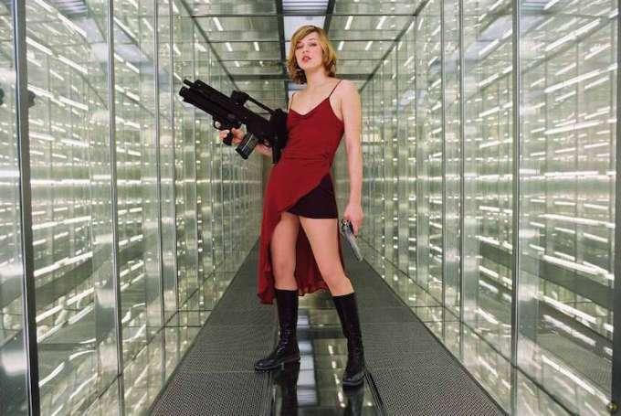第1作目映画『バイオハザード』で銃を持つアリスの画像