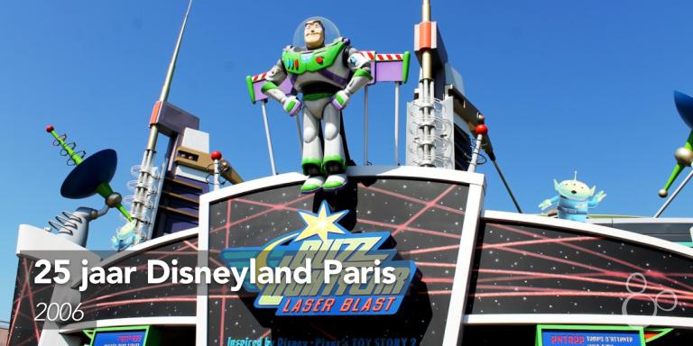 Buzz Lightyear kijkt uit over Discoveryland boven de ingang van de nieuwe attractie