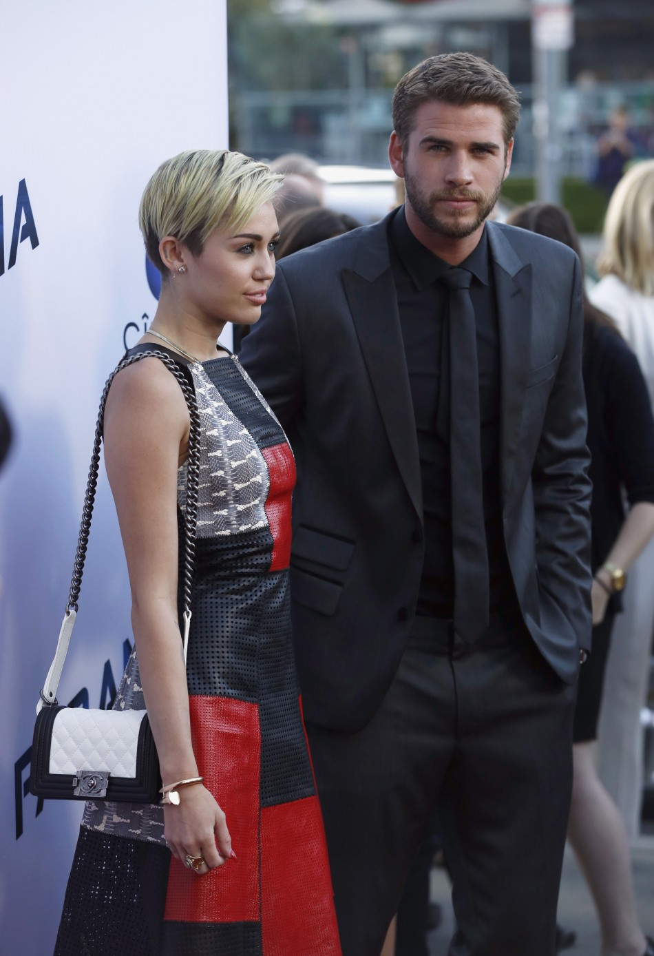 Paranoia Los Angeles Premiere Miley Cyrus And Liam Hemsworth Reunite On Red Carpet PHOTOS