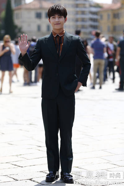 楊洋秀場站軍姿 馬天宇被日本Vogue創意總監要簽名 鳳凰時尚