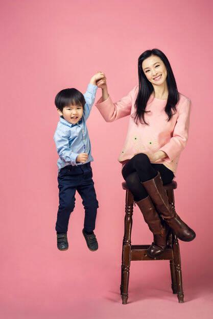 富太張庭與兒子拍寫真 逗趣賣萌。。。