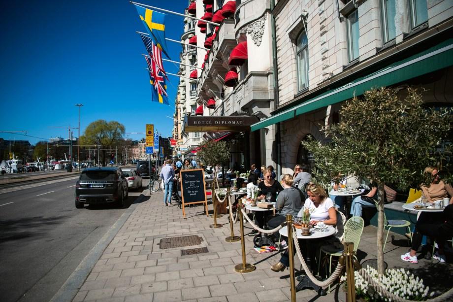 人々は2020年4月22日にストックホルムのレストランで昼食をとります