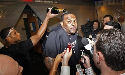 New York Yankees Robinson Cano, Left, Pours