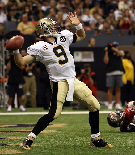 Drew Brees throwing