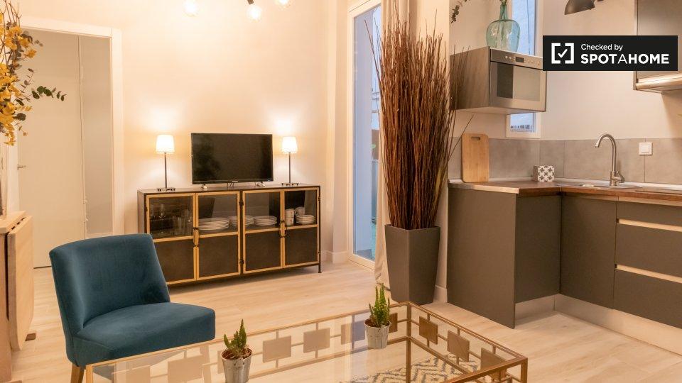 Amplia oferta de servicios, tiendas, cines y restaurantes, junto al famoso mercado de ibiza. Apartamento de 2 dormitorios en alquiler en Madrid (ref ...