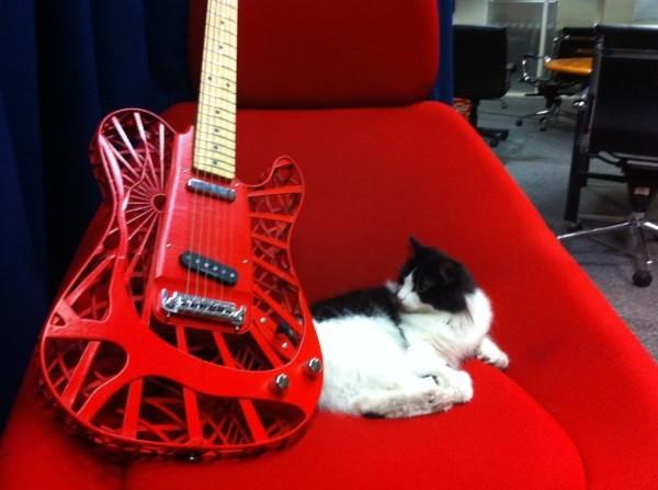Customuse-3d-printed-guitar-9
