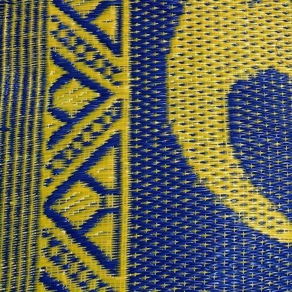 tapis natte africaine interieur et exterieur en plastique african plastic mat bleu et jaune