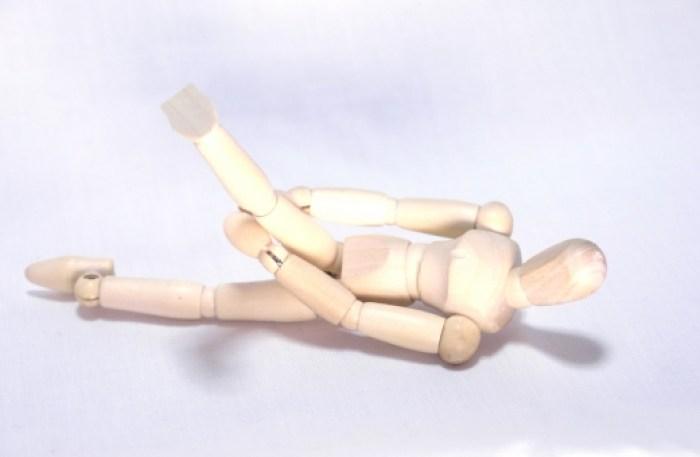 人形 足つる 激痛 痛い 痛々しい