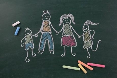 黒板 ブラックボード チョーク 緑 白 カラー カラフル 家族 ファミリー 家庭 大人 子供 仲間 仲良し 描写 書く 描く スケッチ 説明 学校 幼稚園 子供 幼児 学習 教育 教室 授業 レッスン 勉強 板書 デザイン イメージ