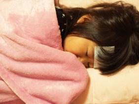 風邪 インフルエンザ しんどい 寝る 冷えピタ 布団 子ども 子供 園児 幼児 女児 日本人 girl child kids japanese cold pajamas パジャマ ダウン 頭痛 寒い 冬 かわいい 寝顔 病気 ダウン 疲れた 少女 熱さまシート 熱冷まし