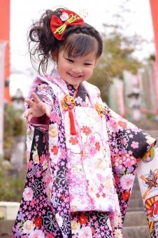 七五三 3歳 女の子 着物 被布 笑顔 子供 日本人