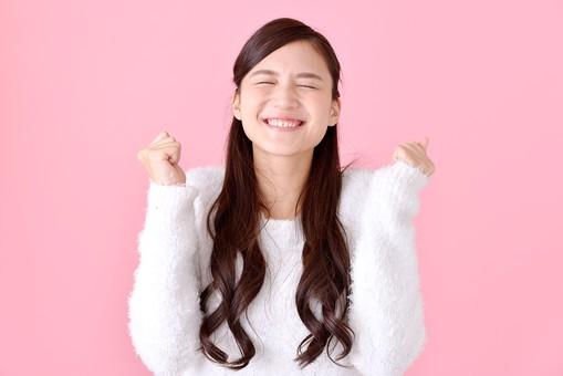 人物 女性 日本人 若者 若い 20代 美人 かわいい ロングヘア カジュアル ラフ 私服 セーター ニット 屋内 スタジオ撮影 背景 ピンク ピンクバック ポーズ おすすめ 上半身 正面 笑顔 うれしい 嬉しい 喜ぶ 楽しい やったー mdjf007