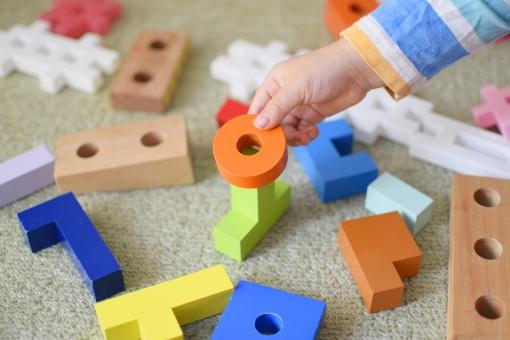おもちゃ 玩具 積み木 ブロック 木製 パズル カラフル こども 子供 子ども 散らかった バラバラ お片づけ 片付け カーペット ぐちゃぐちゃ 育児 手 ハンドモデル パーツモデル