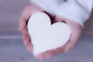 女性 プレゼント ギフト 贈り物 白 ホワイト カード 手のひら バレンタイン 掌 気持ち ハート型 てのひら どうぞ