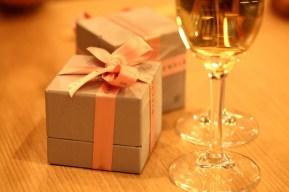 プレゼント アクセサリー 誕生日 記念日 プロポーズ ギフト 贈り物 クリスマス 箱 リボン シャンパン スパークリング レストラン 鏡 テーブル ジュエリーボックス 指輪 リング ピアス ネックレス エンゲージリング 求婚 グラス ワイングラス お祝い 恋人