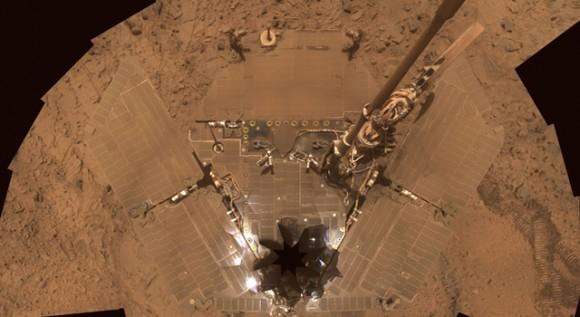 Los paneles solares del rover Spirit estaban cubiertos de polvo hasta que una ráfaga de viento que fuera en 2006.  Crédito: NASA.