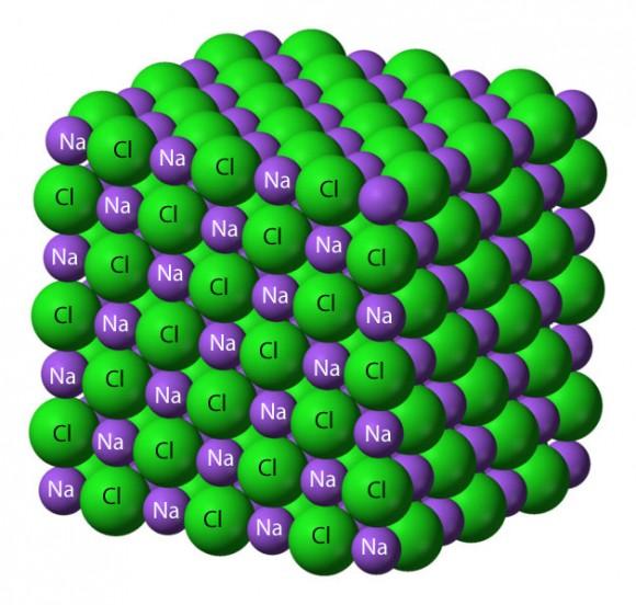 La sal de mesa común está formada por átomos muy ajustada de sodio y cloro.  Cada elemento tiene su propio carácter individual - uno es un metal inflamables (sodio), y el otro un gas peligroso.  Póngalos juntos y crear un ambiente seguro, sabroso comestible.  Crédito: Wikipedia