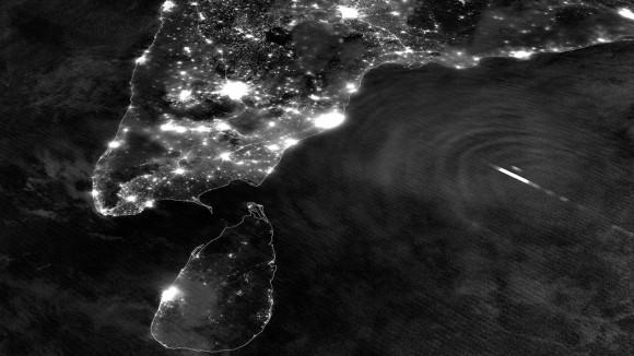 Imagen nocturna del sur de la India y de ciclones tropicales Mahasen (NASA / NOAA)