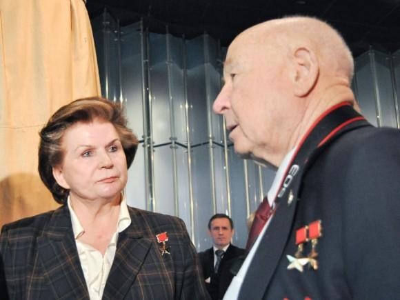 Tereshkova y Leonov en el Museo de la Cosmonáutica de Moscú, durante una ceremonia en el año 2011 la celebración del 50 aniversario del lanzamiento de Yuri Gagarin.  (Foto de la NASA.)