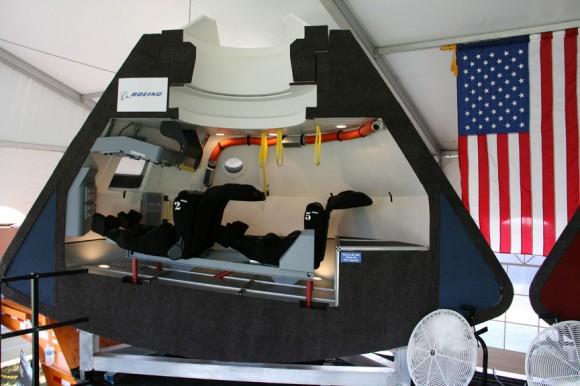 Boeing CST-100 cápsulas mock-up, vista interior.  Crédito: Ken Kremer - kenkremer.com