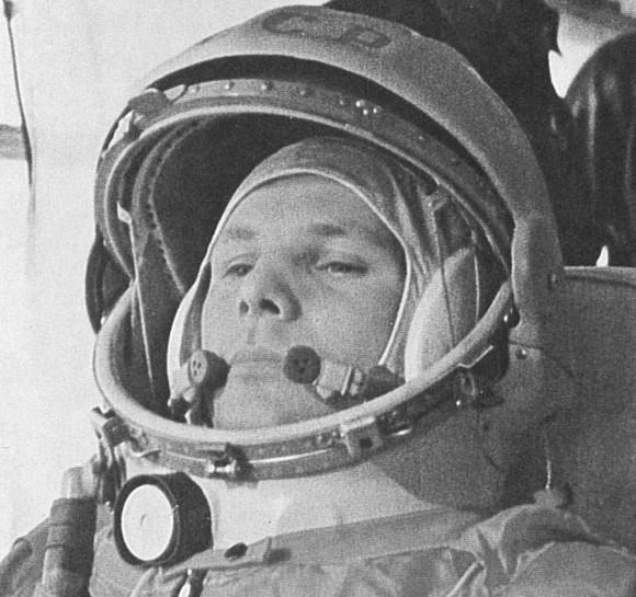 Yuri Gagarin en el camino a su histórico lanzamiento Vostok el 12 de abril de 1961.  (Imágenes de la NASA)