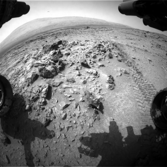 Opinión de Fisheye del monte agudo de la cámara hazcam el 6 de julio de 2013 (Sol 326).  Crédito: NASA / JPL-Caltech