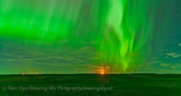 Las luces del norte los días 28/29 de junio 2013, vista desde las colinas de invernada Parque Eólico cerca de Drumheller, Alberta.  Crédito y copyright: Alan Dyer / increíble Cielo Fotografía.