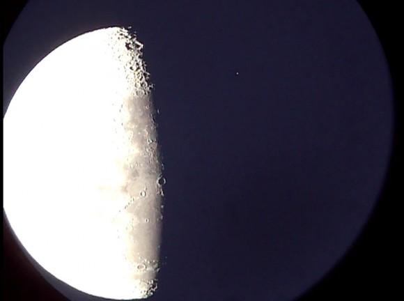 Una ocultación de la estrella Mu Geminorum (arriba a la derecha de la extremidad oscuro de la Luna) Foto del autor.