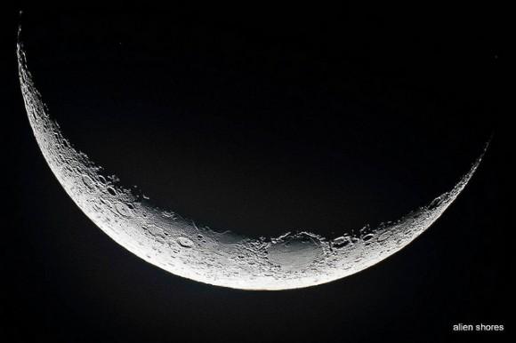 Primer plano de la Luna creciente, el 12 de octubre de 2012.  Crédito y copyright: Wes Schulstad